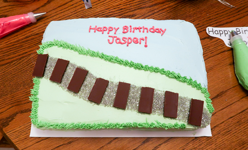 decorating a sheet cake for birthday ; how-to-decorate-a-train-sheet-cake-9
