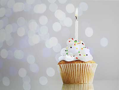 happy birthday modern ; article-cupcake