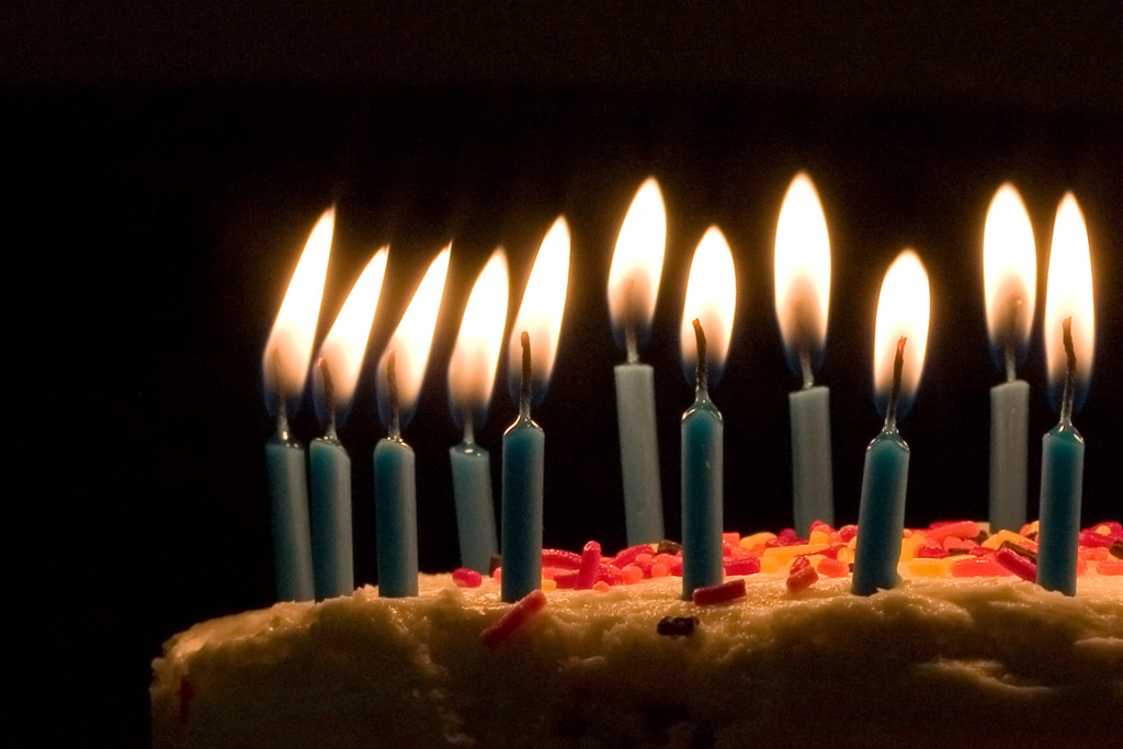 image of a birthday candle ; Blue_candles_on_birthday_cake