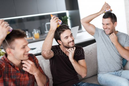 put a birthday hat on a picture ; depositphotos_174600110-stock-photo-men-are-putting-on-birthday