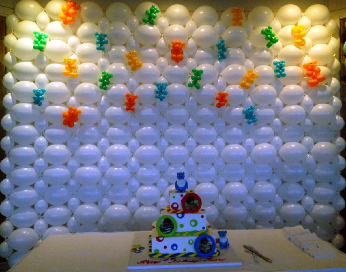 birthday wall design ; Enhancing-Interior-Room-Decoration-Idea-for-Birthday-Party-with-Affordable-Baloon-Wall-also-Tasteful-Tedy-Bear-Accessories-Beside-Rectangle-Brown-Wooden-Table