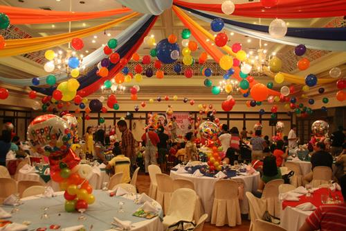 latest birthday party themes ; unique-candyland-party-decorations-1